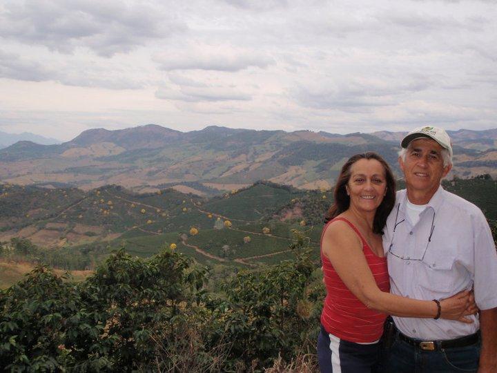Glaucio Carneira Pinto z żoną na tle plantacji